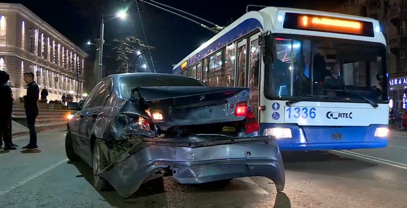 Серьёзное ДТП в центре столицы: два автомобиля столкнулись «лоб в лоб» (ВИДЕО)