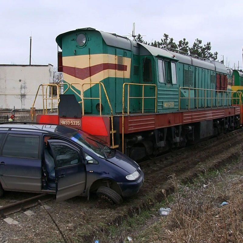 В Слободзее автоледи чудом осталась жива после того, как её авто протащил локомотив (ФОТО)
