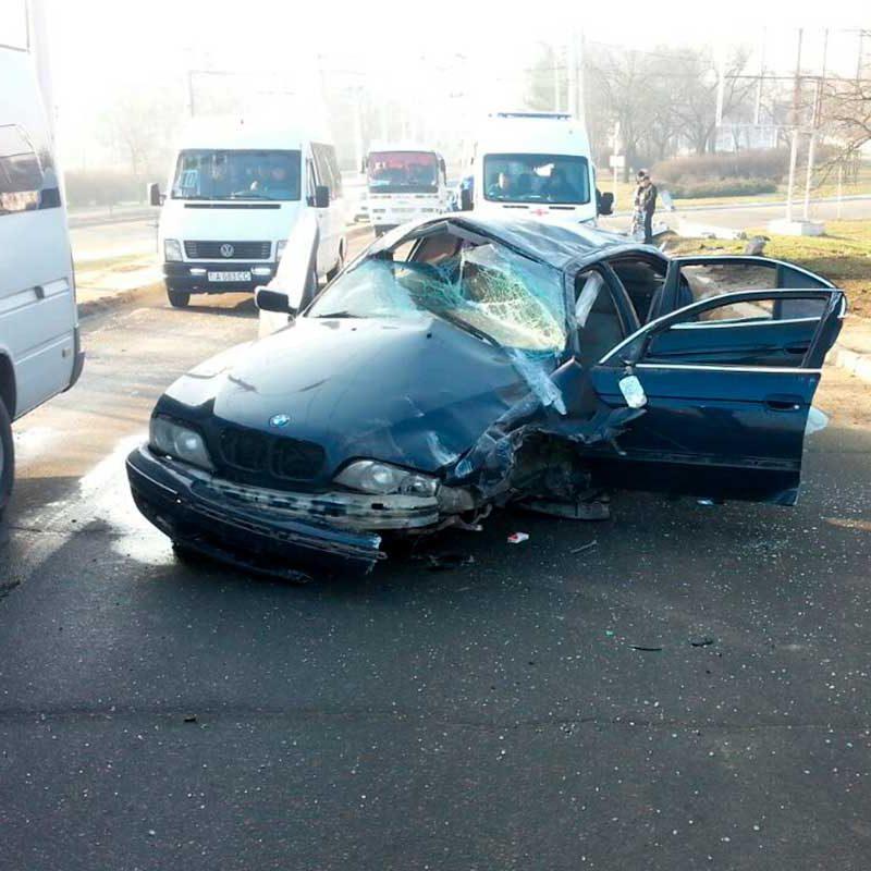 ДТП в Бендерах: водитель снес столб, а он рухнул на другую машину (ФОТО)