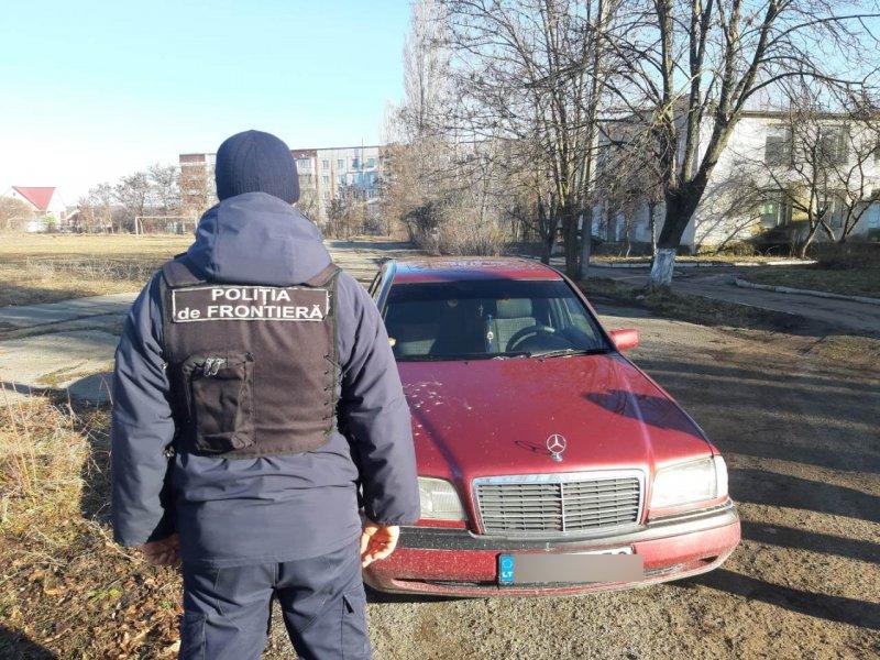 Молдаванина с поддельным техосмотром задержали на границе