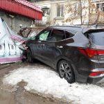 В шаге от трагедии: автомобиль едва не сбил женщину, стоявшую у светофора (ФОТО)