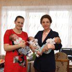 В свой день рождения первая леди навестила с подарками семью, в которой родилась тройня (ФОТО, ВИДЕО)