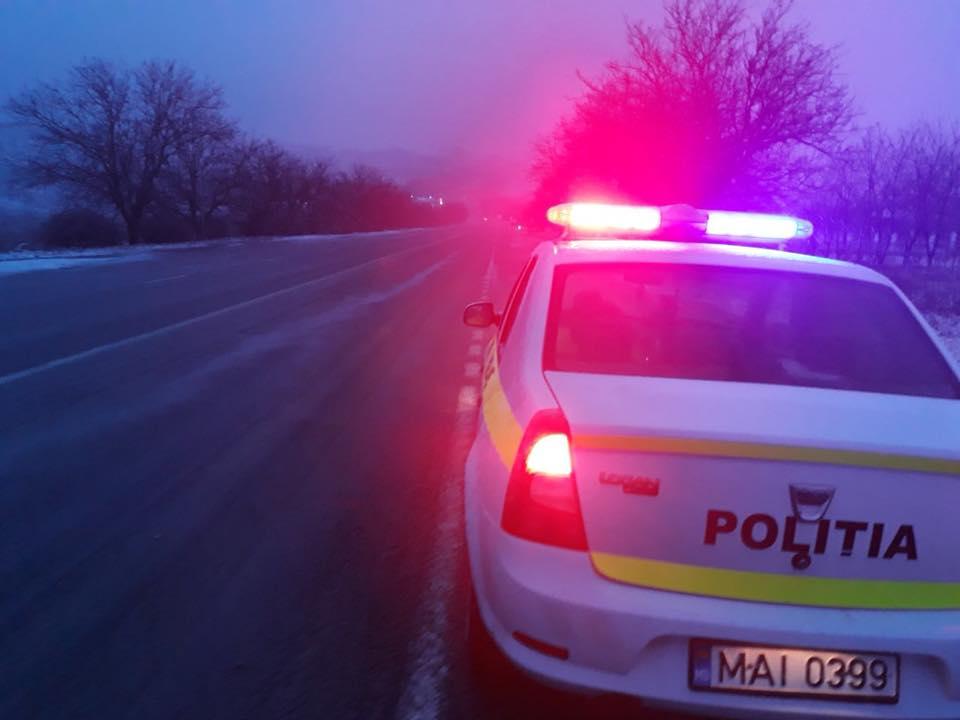 В Кагульском районе пьяный водитель протащил полицейского на капоте автомобиля