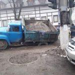 В Кишинёве грузовик провалился в яму, которую должен был засыпать гравием (ФОТО)
