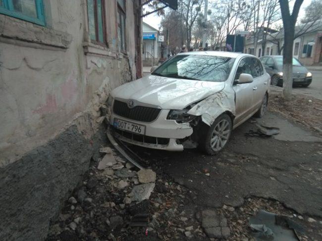В центре Кишинёва произошло ДТП с участием машины такси (ФОТО)