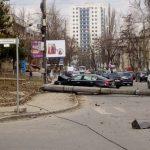 ДТП в столице: одна из машин врезалась и повалила столб (ФОТО)