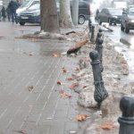 Антипарковочные столбики не прошли проверку погодой, а автохамы вновь оставляют машины на тротуарах (ФОТО)