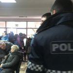 На участках для голосования началась раздача избирательных бюллетеней (ФОТО)