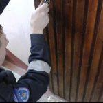 Сотрудники ГИЧС спасли женщину, которая грозилась сброситься с 9 этажа (ВИДЕО)