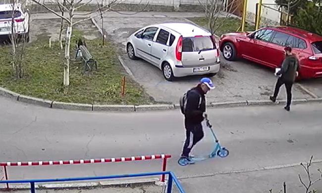 В Кишинёве вор стащил детский самокат: момент попал на камеру видеонаблюдения (ВИДЕО)