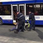 В центре столицы мужчина на инвалидной коляске выехал на проезжую часть и едва не попал под колёса автомобилей (ВИДЕО)