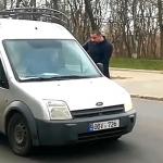 Дорожный скандал в Кишинёве: агрессивный водитель эвакуатора разбил окно автомобилисту (ВИДЕО)