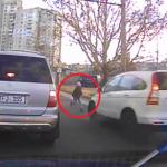 В сети опубликовали видео с моментом наезда на ребёнка на Ботанике (ВИДЕО)