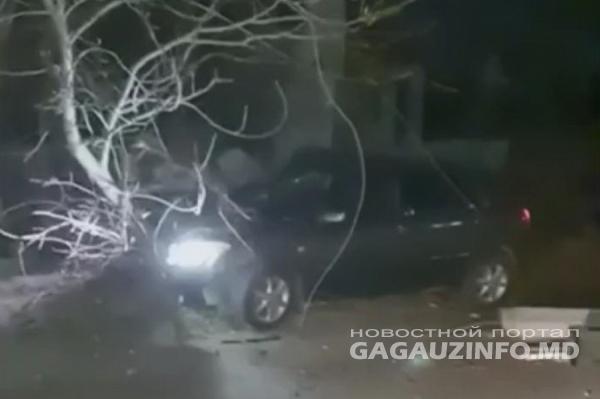 В Комрате лихач на скорости врезался в электрический столб