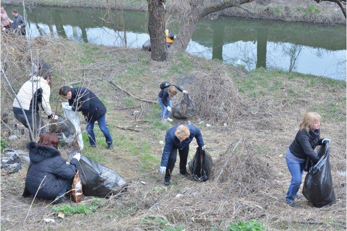 Тысячи мешков мусора собрали в результате уборки русла реки Бык