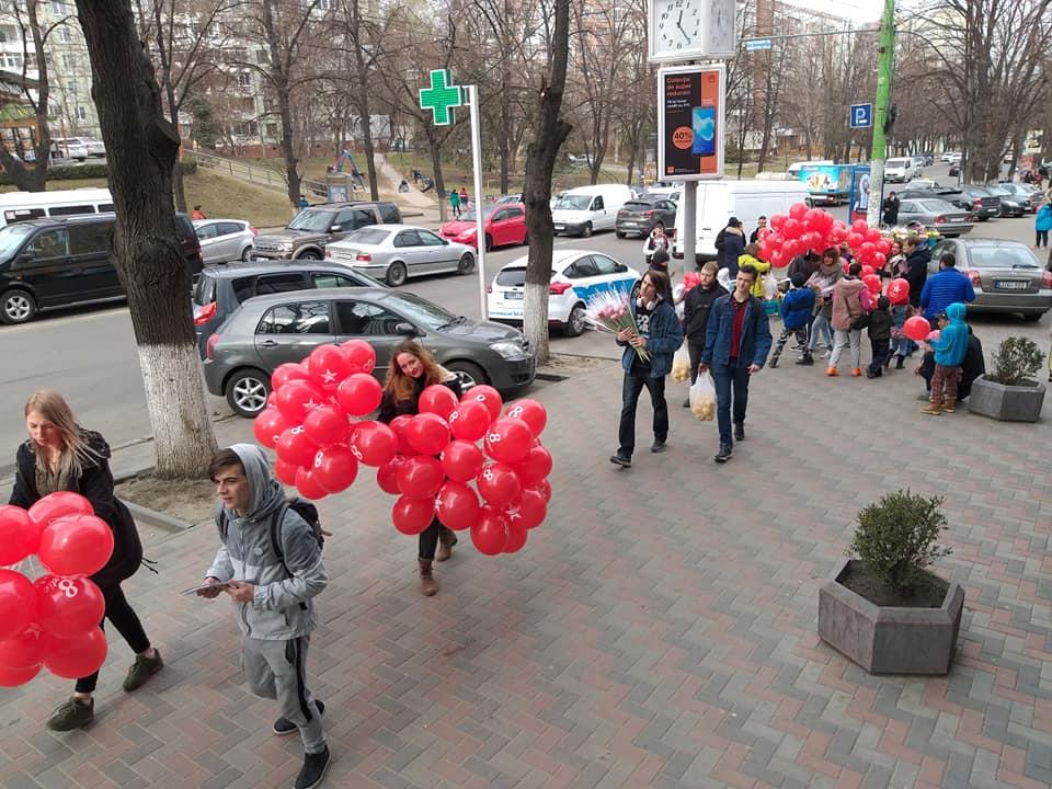 """Активисты """"Молодой гвардии"""" поздравили женщин по всей стране с 8 Марта"""