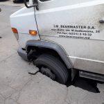 Ловушка на дороге: из-за неочищенных канализаций под автобусом провалился асфальт (ФОТО)