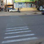 """Не справились власти – справятся дети: на одной из столичных улиц стёртую """"зебру"""" обновили мелом"""