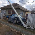 ДТП в Унгенах: легковушка снесла забор дома и врезалась в электрический столб (ФОТО)