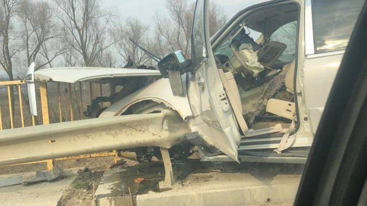 Страшное ДТП близ Унген: водитель влетел в парапет, но остался жив (ФОТО)