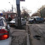 Авария в центре столицы: таксист протаранил столб (ФОТО)