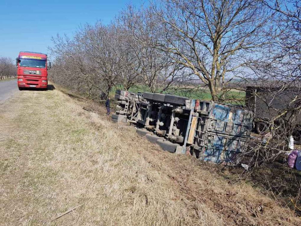 ДТП в Кагуле: водитель заснул за рулём, грузовик перевернулся