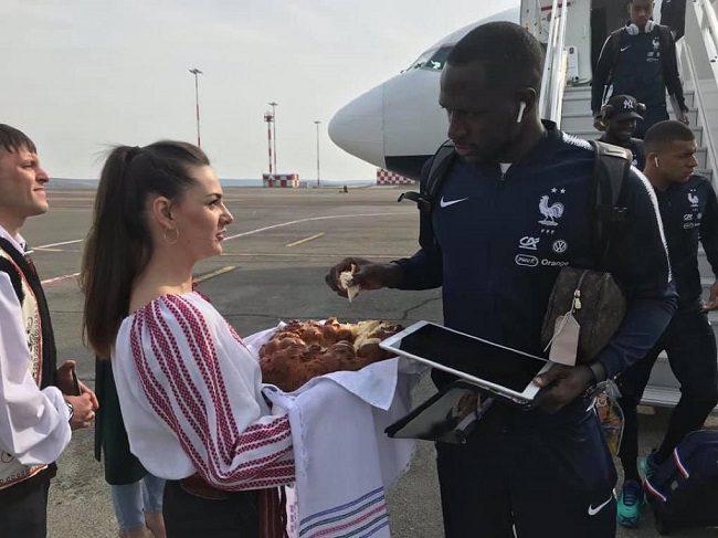 Хлебом и солью: французских футболистов встретили в аэропорту (ФОТО, ВИДЕО)