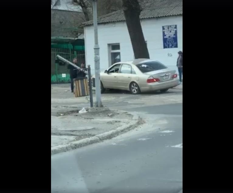 В Кишиневе водитель снес светофор и пытался его поднять