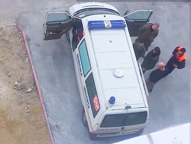 Сотрудники охранного агентства избили дубинкой пьяного пациента скорой помощи: всё происходило на глазах у врача (ВИДЕО)