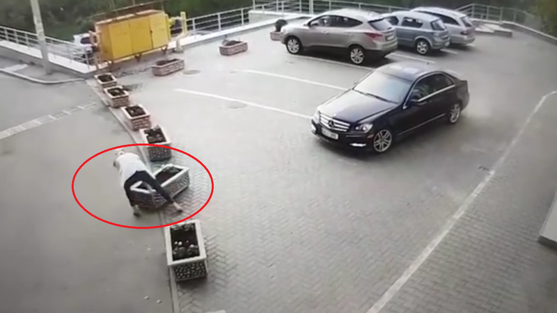 Всё нипочём: нетерпеливая автоледи решила отодвинуть клумбу, чтобы проехать (ВИДЕО)