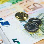 Сколько будут стоить доллар и евро в пятницу и выходные