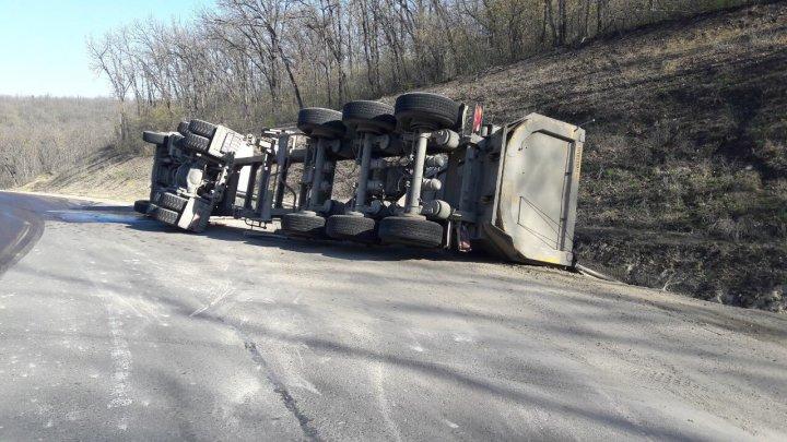 ДТП в Хынчештах: на дороге перевернулся грузовик с щебнем (ФОТО)