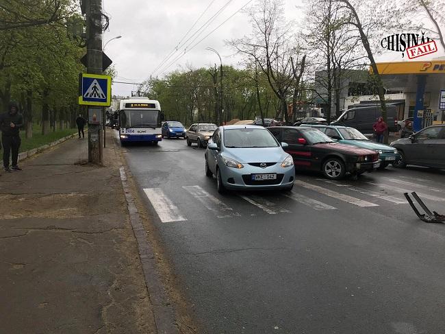 ДТП на столичной улице парализовало дорожное движение в час-пик: горожане идут на работу пешком (ФОТО)