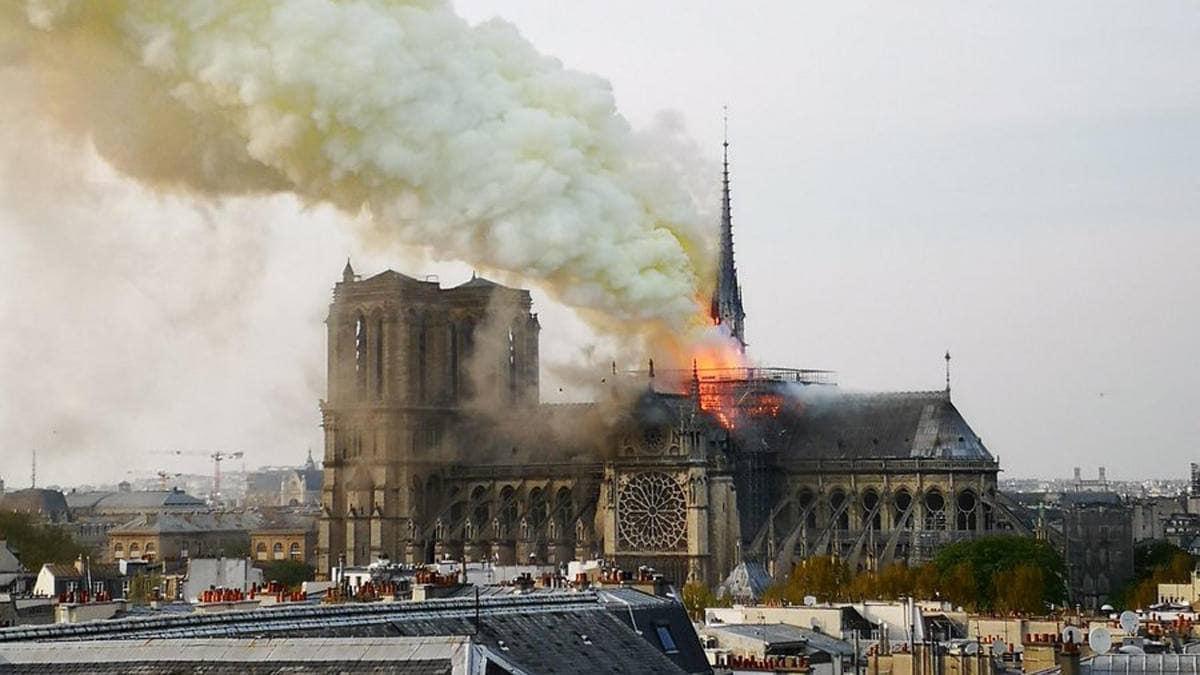 Додон выразил сожаление в связи с пожаром, охватившим собор Парижской Богоматери