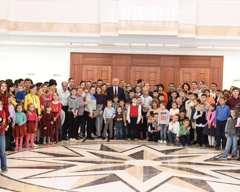 Десятки многодетных семей посетили здание президентуры (ФОТО)