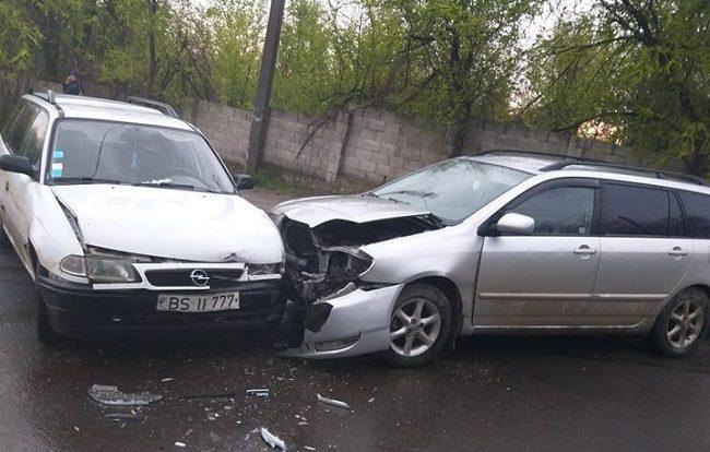 """ДТП в столице: два автомобиля столкнулись """"лоб в лоб"""" (ФОТО)"""