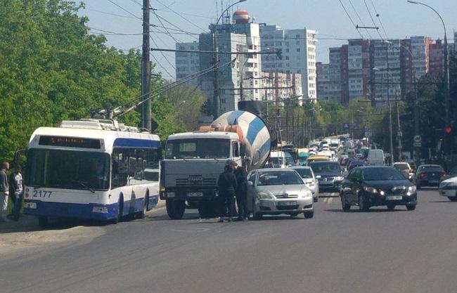 Цепное ДТП на Ботанике: столкнулись троллейбус и автобетоносместитель (ФОТО)