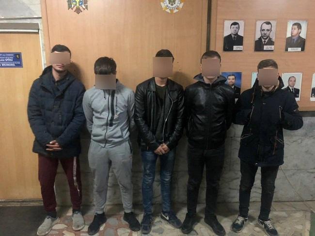 """В Кишинёве хулиганы направили автомат Калашникова на автоледи: их """"приключения"""" закончились в полиции (ФОТО)"""