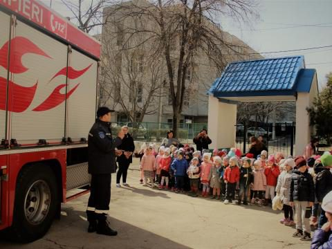 """Сотрудники ГИЧС провели """"урок безопасности"""" для 100 детей из Кишинёва (ВИДЕО)"""