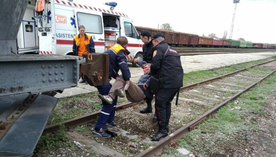 Полиция просит помощи в установлении личности человека: его нашли без сознания и в крови на ж/д станции (ФОТО 18+)