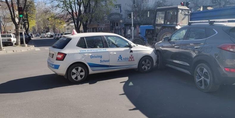 Автомобиль автошколы попал в аварию в центре столицы (ОБНОВЛЕНО)