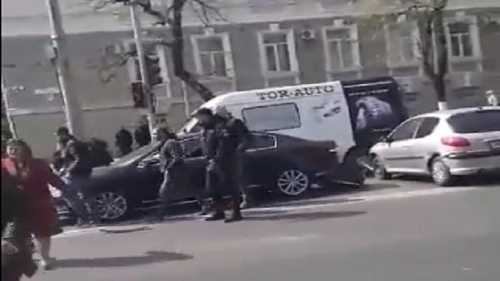 В центре столицы произошло цепное ДТП с участием трёх машин: образовалась пробка