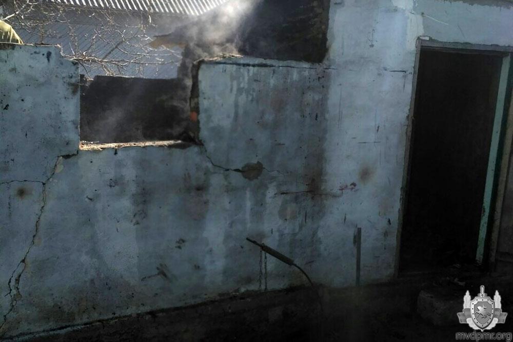 В Слободзее из-за короткого замыкания сгорел сарай: огонь едва не перекинулся на дом (ФОТО)