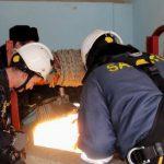 Пожарные спасли женщину, упавшую в 15-метровый колодец