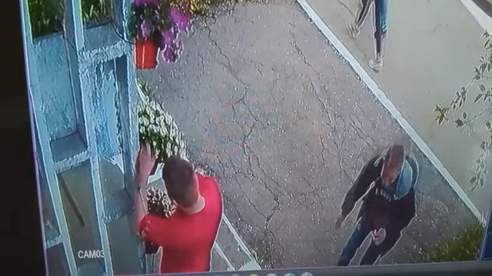 Юный нарушитель попытался украсть цветочный горшок, но не смог (ВИДЕО)
