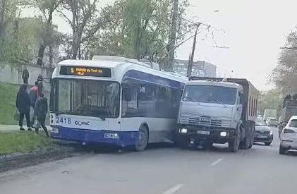В столице произошла авария с участием троллейбуса и грузовика