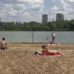 """В столичных озёрах """"живут"""" опасные бактерии: специалисты запрещают купаться и даже загорать на пляжах (ВИДЕО)"""