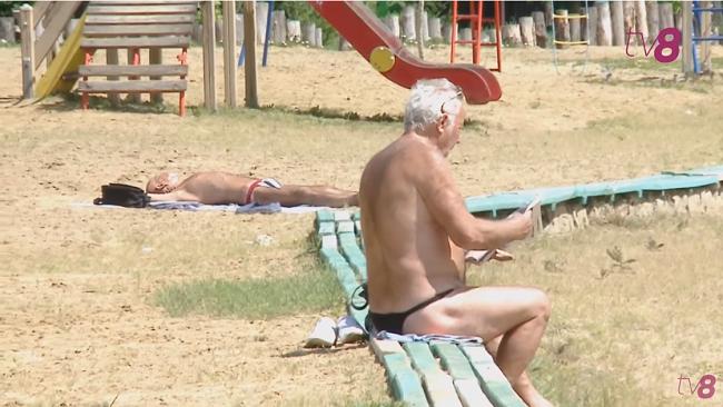 Пляжный сезон открыт: кишинёвцы активно загорают, а некоторые даже купаются в столичных озёрах (ВИДЕО)