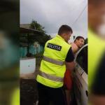 """""""Пустите меня, я свободный гражданин"""": пьяный водитель устроил полицейским цирк и пугал тётей Дорой (ВИДЕО)"""