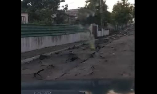 Как после бомбардировки: после сильных дождей улица в Оргееве превратилась в бездорожье (ВИДЕО)